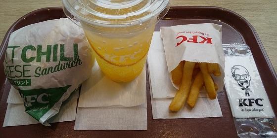 【優待ご飯】日本KFCホールディングス (9873)のケンタッキーで「ホットチリチーズサンド」とツイッターで当たった「シトラスミントレモネード」を食べてきました♪