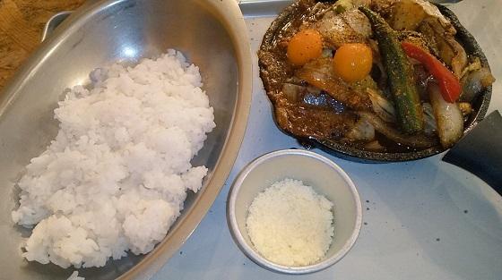【優待ご飯】アークランドサービス(3085)の「野菜を食べるカレーcamp」で「1日分の野菜カレー+チーズトッピング」を食べてきました♪