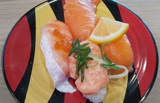 【優待ご飯】カッパ・クリエイト (7421)の「かっぱ寿司」で「サーモンネタづくし、超絶のうに、ふっくら釜揚げしらす軍艦、魅惑のストロベリートライフルケーキ」を食べてきました♪