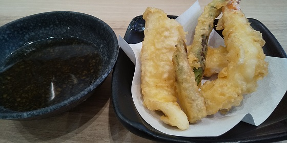 【優待ご飯】カッパ・クリエイト (7421)の「かっぱ寿司」で「とろろと牛すじ煮込みの旨辛うどん、春ネタ天ぷら盛り合わせ、本鮪中落ち有明産海苔包み、焦がしバターソースのキャラメルクレープ」を食べてきました♪