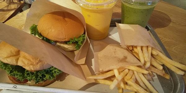 【優待ご飯】ユナイテッド&コレクティブ (3557)の「the_3rd_burger(ザ サード バーガー)」で「モッツァレラバジルバーガー、the 3rd(小松菜)スムージー」を食べてきました♪
