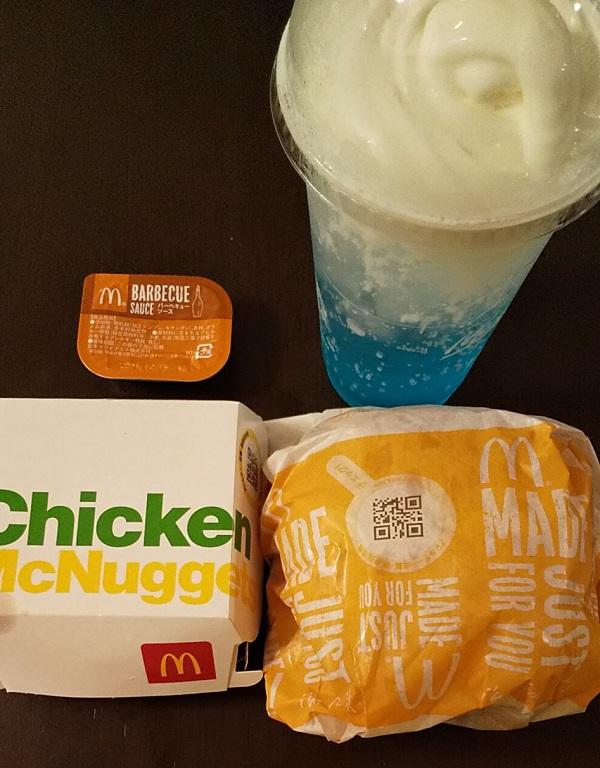 【優待ご飯】日本マクドナルドホールディングス (2702) の「マクドナルド」で「炙り醤油風 トリプル肉厚ビーフ、ナゲット、マックフィズ® 渚のブルーハワイ(果汁1%)」を持ち帰りしました♪